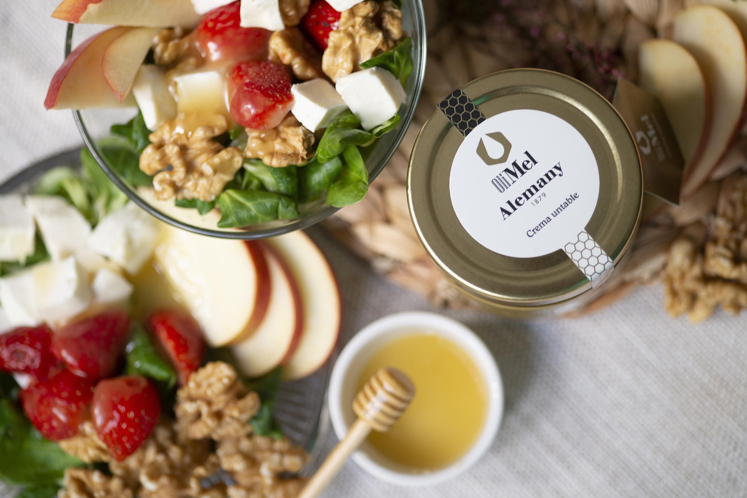 Ensalada con queso de cabra, fruta y OleoMel