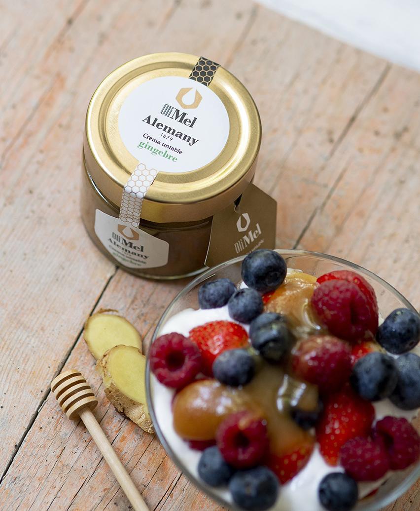 Yogur, granola, fruta y OleoMel con jengibre