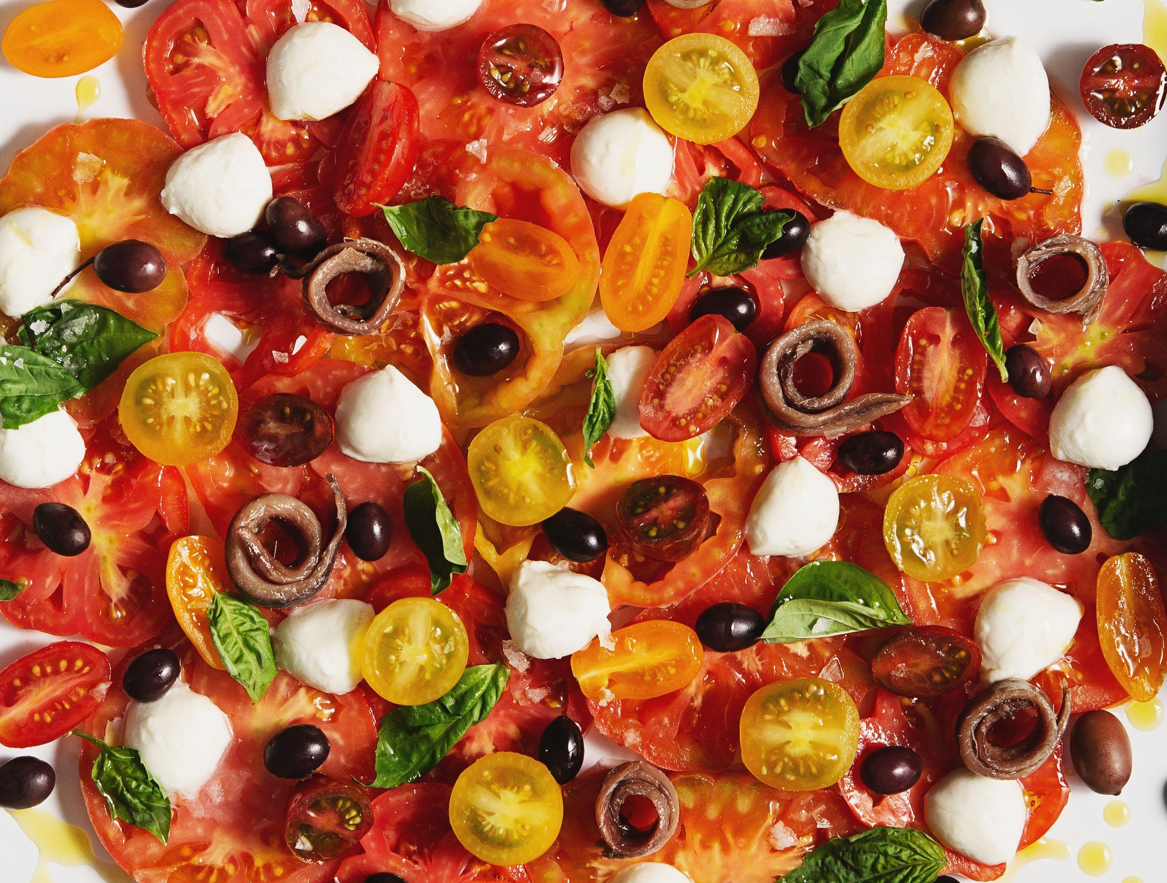 Ensalada de tomate con anchoas y mozzarella regada con agridulce de moscatel con miel de azahar