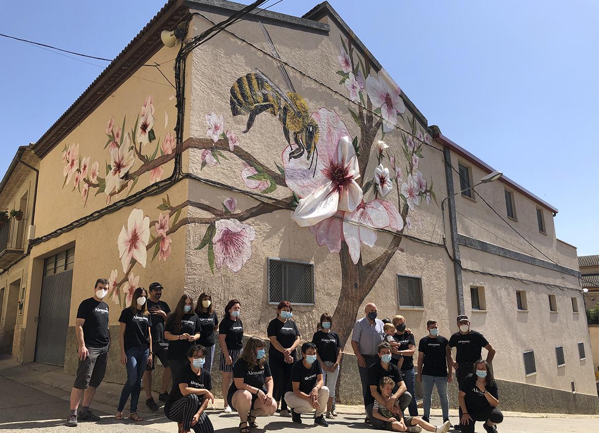 Homenaje a la flor del almendro y las abejas en la fachada de Alemany