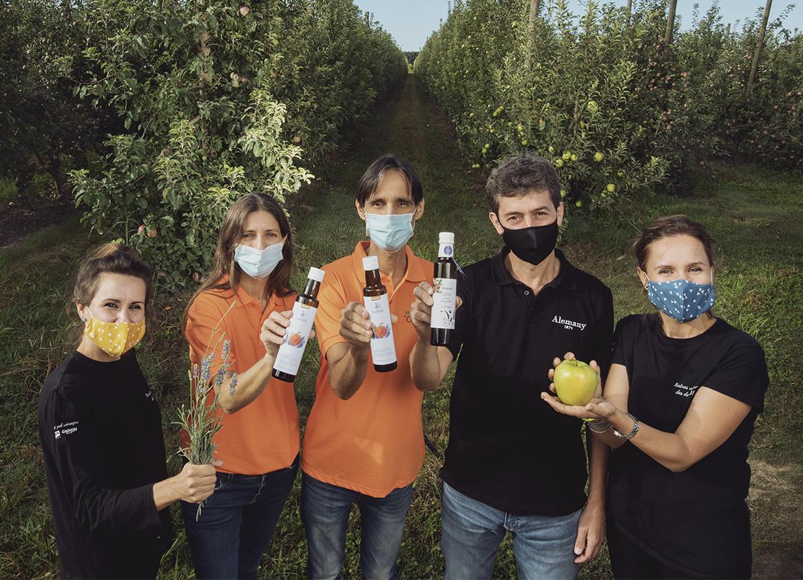 Aliñamos juntos el vinagre de manzana de Lleida con miel de lavanda
