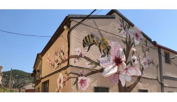 Mural homenatge a la flor d'ametller i les abelles a la façana d'Alemany