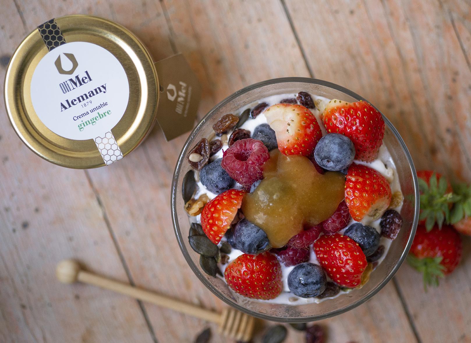 Iogurt, granola, fruita i OliMel amb gingebre