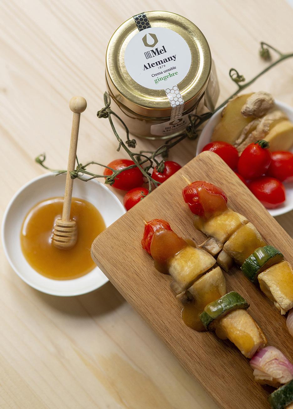 Broquetes de pollastre amb verdures, xampinyons i OliMel amb gingebre Alemany