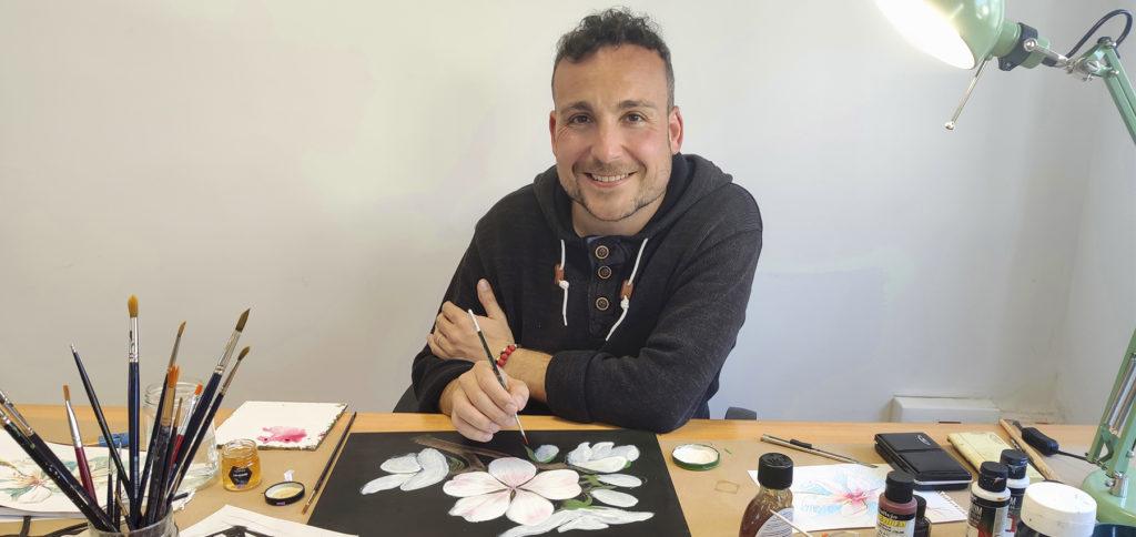 L'artista valencià Miquel Àngel Herrero, que ha il·lustrat les etiquetes de la nostra gamma de mels amb una tècnica pictòrica recuperada de l'Edat Mitjana, en què utilitza la mel amb pigments naturals